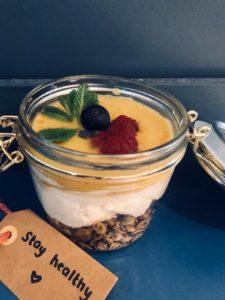 yoghurt mango bowl met huisgemaakte granola bij milk and cookies venlo